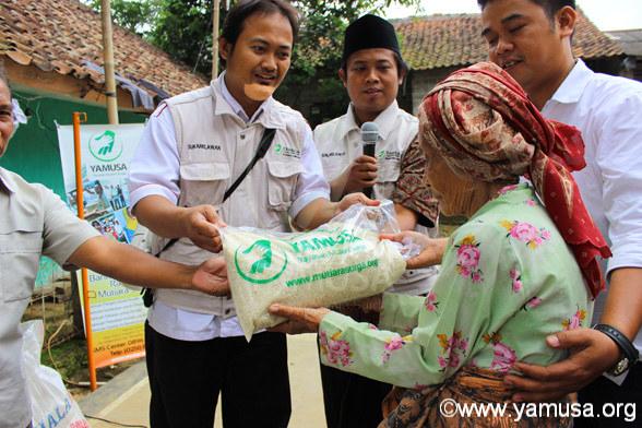 Pembagian Paket Bantuan di Kp.Cigaok Desa Citapen Ciawi