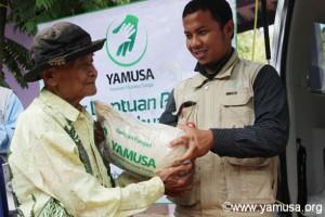 Pembagian Bantuan Pangan di Kp.Iwul Bulak Desa Iwul Parung