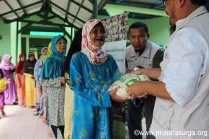Pembagian Bantuan Pangan [Rutin] di Kp. Gunung Tangkil Desa Cibeber Leuwiliang