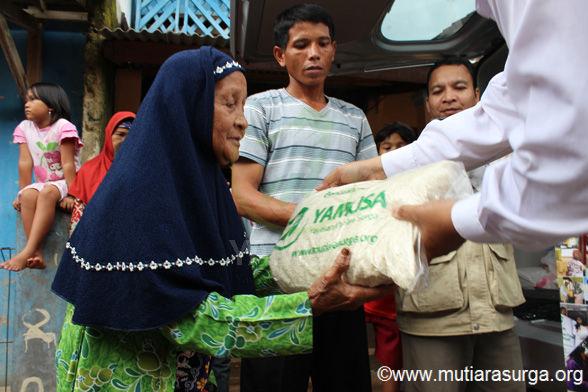 Pembagian Bantuan Pangan di Kp.Cikadu Desa Rabak, Rumpin-Bogor