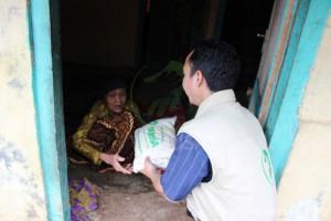 Pembagian Bantuan Pangan Rutin di Kp.Pisang, Karadenan-Cibinong Bogor