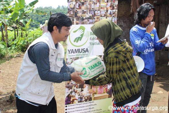 Pembagian Bantuan Pangan [Rutin] di Kp. Cibalay RT 03/05 Desa Tapos – Tenjolaya