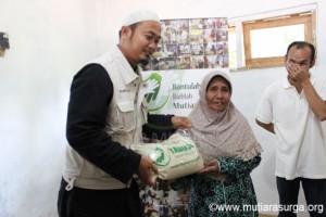 Pembagian Bantuan Pangan di Kp. Sukaresmi, Desa Buniaga, Kec. Tamansarri-Bogor