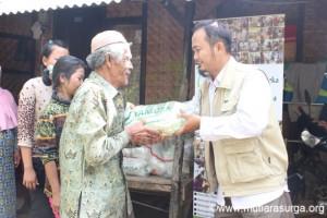 Distribusi Bantuan Pangan Bagi Dhuafa di Kp. Jami, Desa Sukaluyu, Kec. Tamansari, Kab. Bogor
