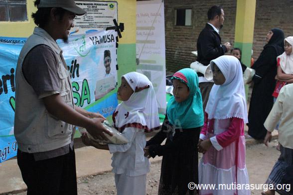 Distribusi Bantuan Pangan Bagi Dhuafa di Kp. Cibiuk, Desa Sopomayak, Kec. Jasinga, Kab Bogor
