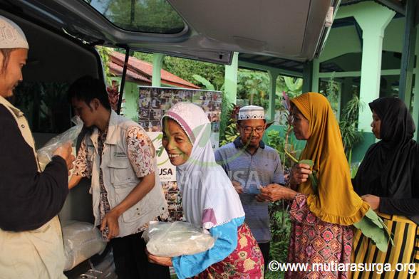Distribusi Bantuan Pangan Bagi Dhuafa di Kp. Gunung Tangkil, Desa Cibeber