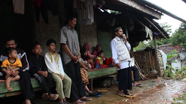 Tebar Pangan Ke Kampung Mak' Erot (Kp. Cigadog Des. Caringin Kec. Cisolok-Sukabumi )