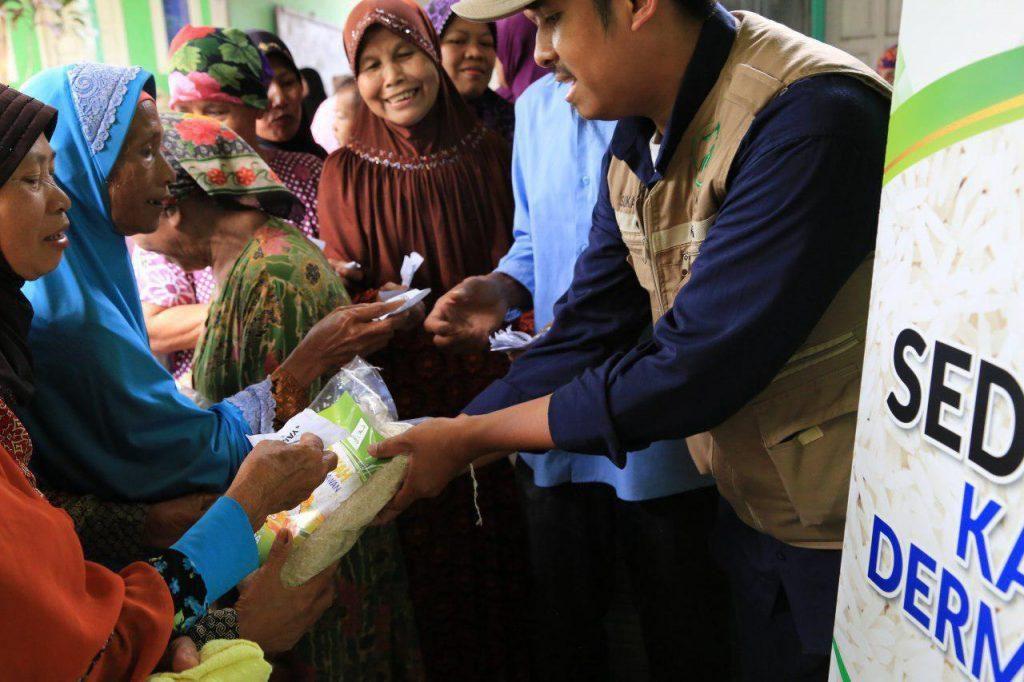 bantuan pangan untuk warga tidak mampu di kampung tarikolot
