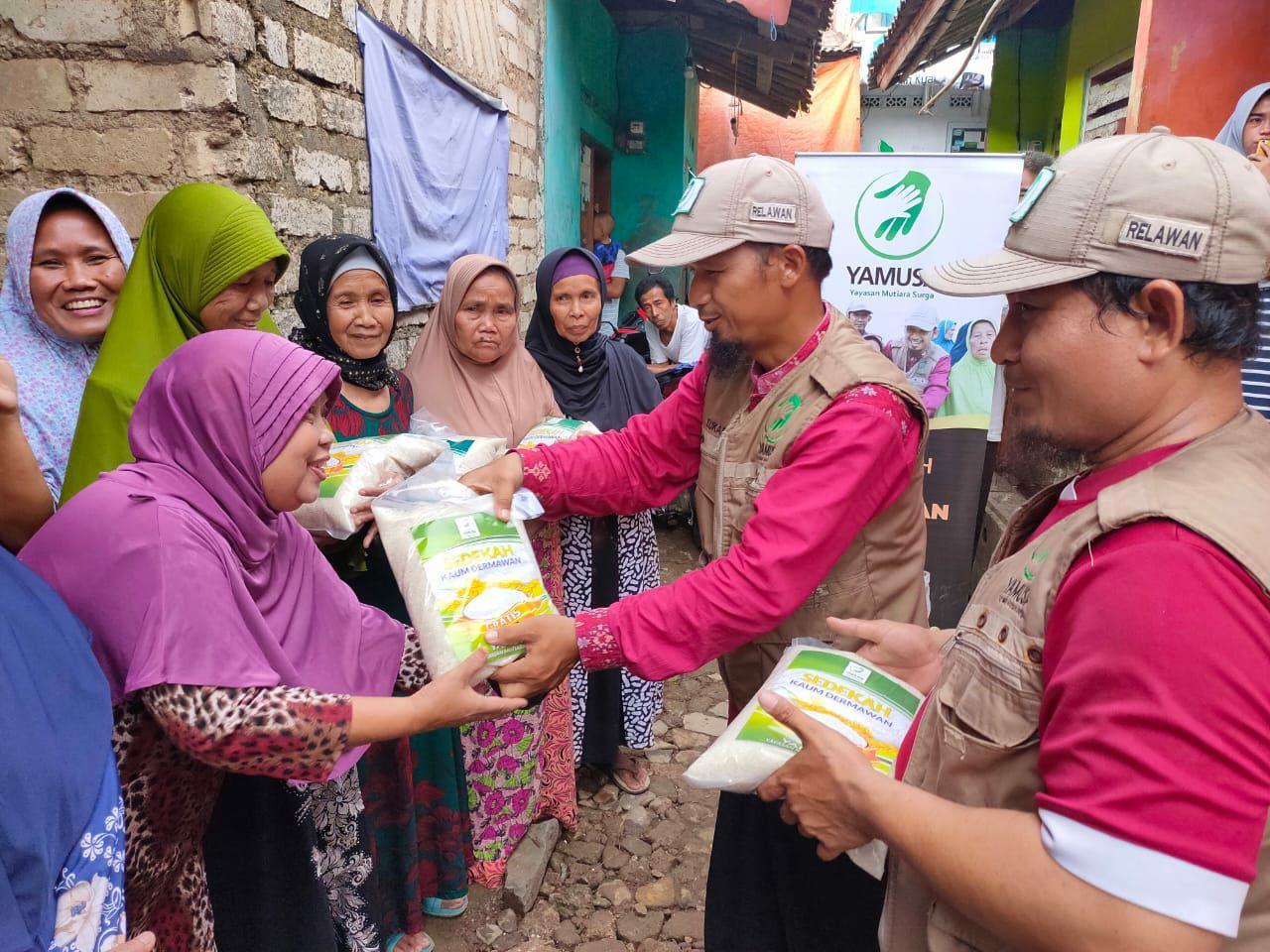 Tebar Pangan untuk Warga Dhu'afa Kampung Tapos