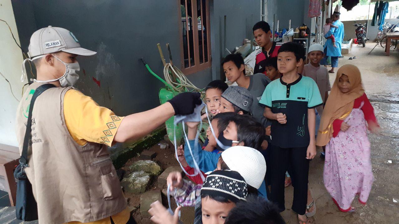 Tebar Masker untuk Santri Yatim dan Dhuafa Al-Barokah