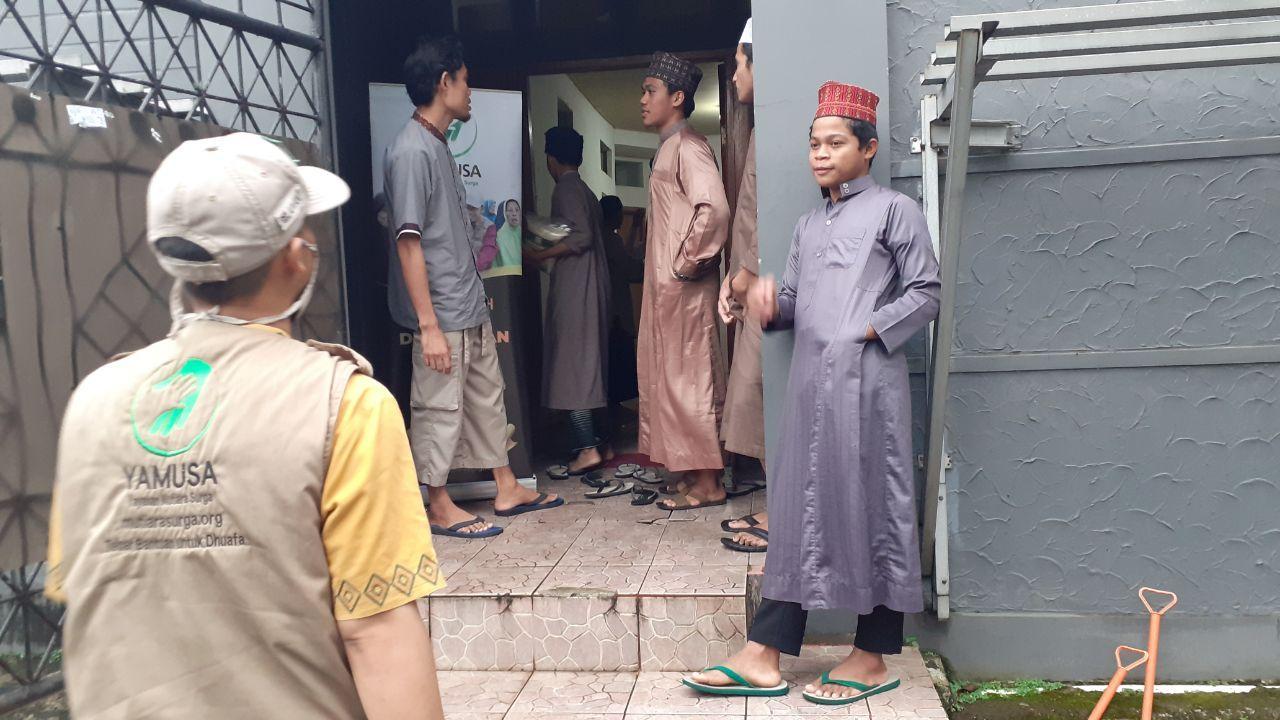 Bantuan Pangan untuk Santri Rumah Quran Al-Muroqobah Ciluar Bogor