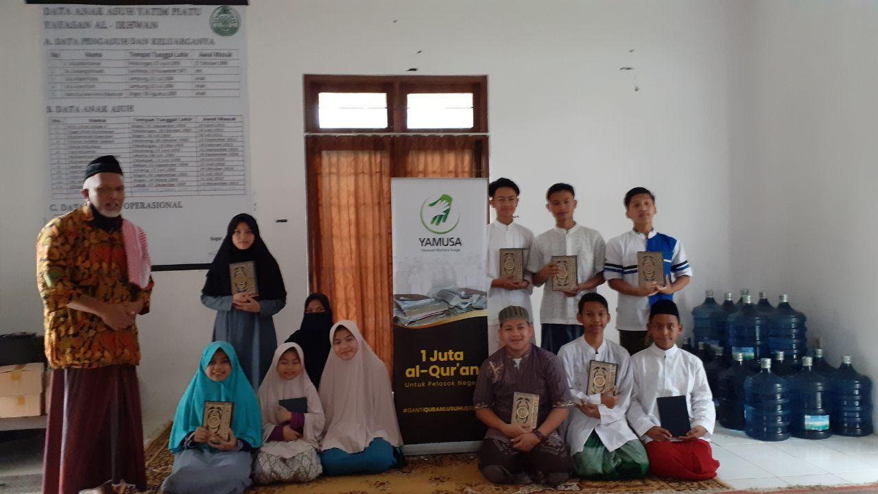 Penyaluran Bantuan Al-Quran untuk Santri Yatim Dhuafa