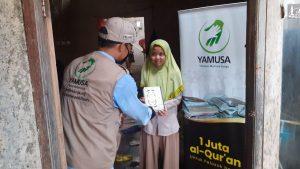 Yamusa Membagikan Al-Qur'an Kepada Warga Dhuafa Ciomas Bogor