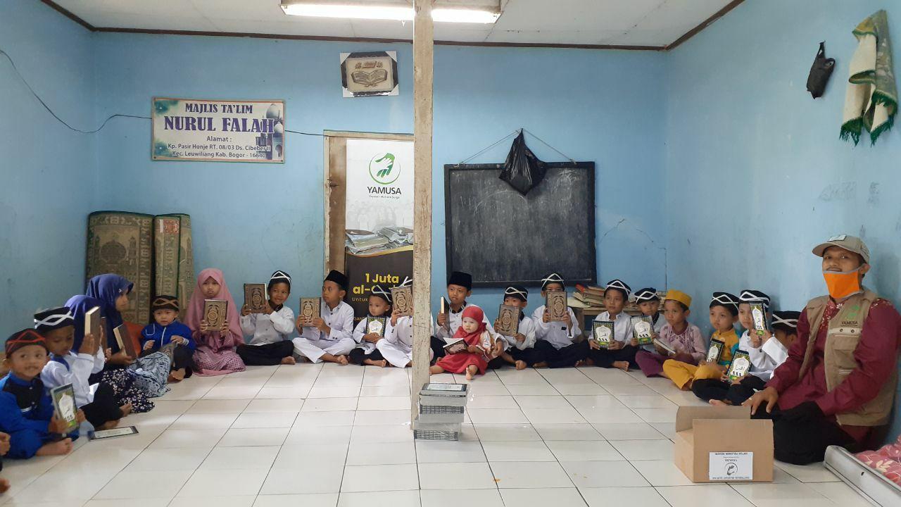 Distribusi Al-Quran untuk Para Santri MT. Nurul Falah Kec Leuwiliang Kab Bogor