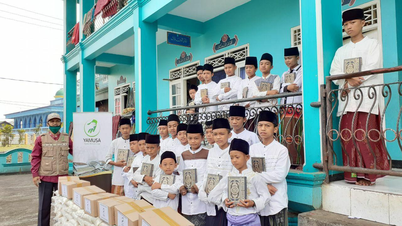 Distribusi Al-Qur'an untuk Para Santri Darul Huda Kab Bogor