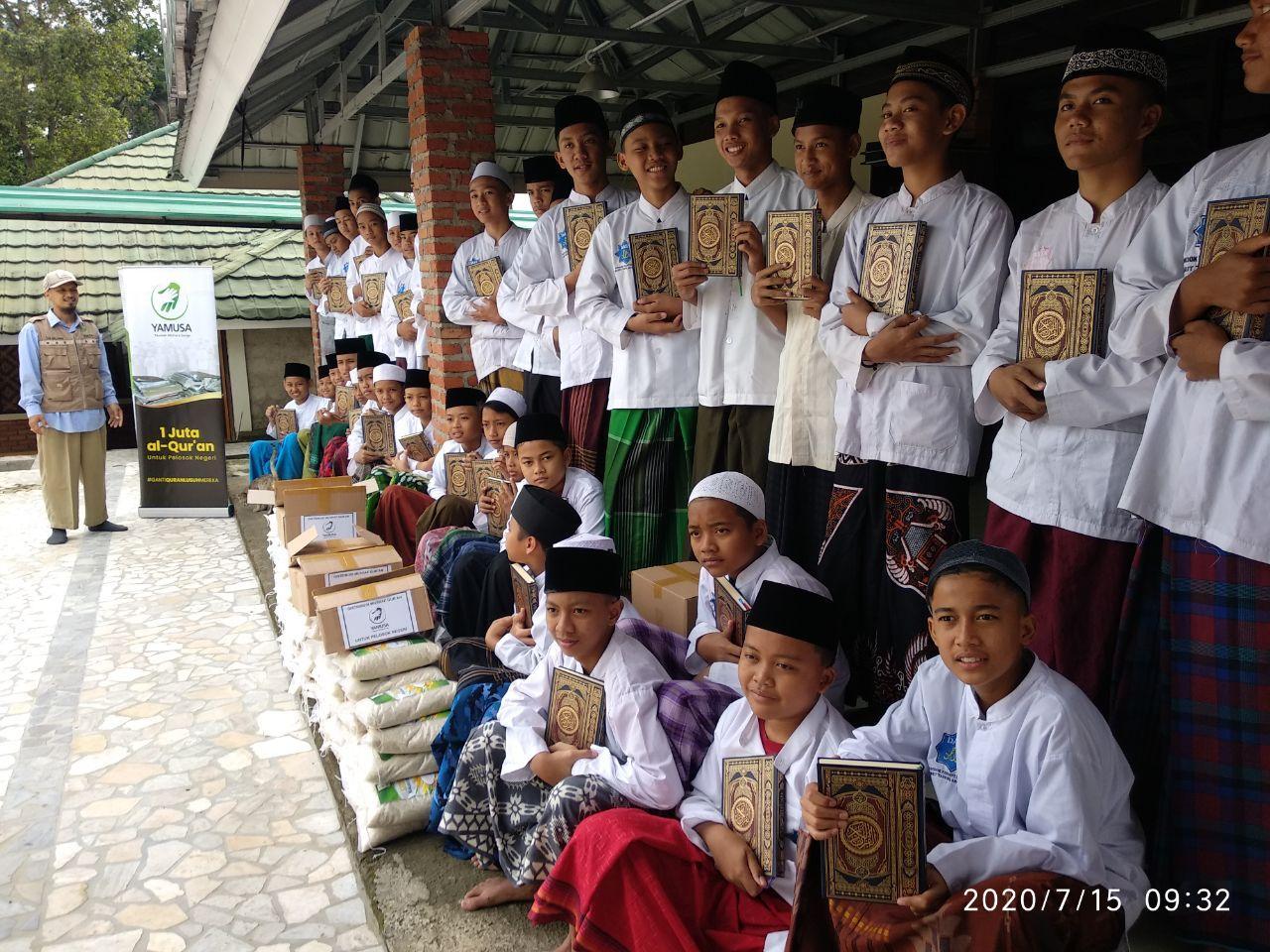 Wakaf Mushaf Al-Qur'an untuk Para Santri di Ponpes DATA Kab Bogor