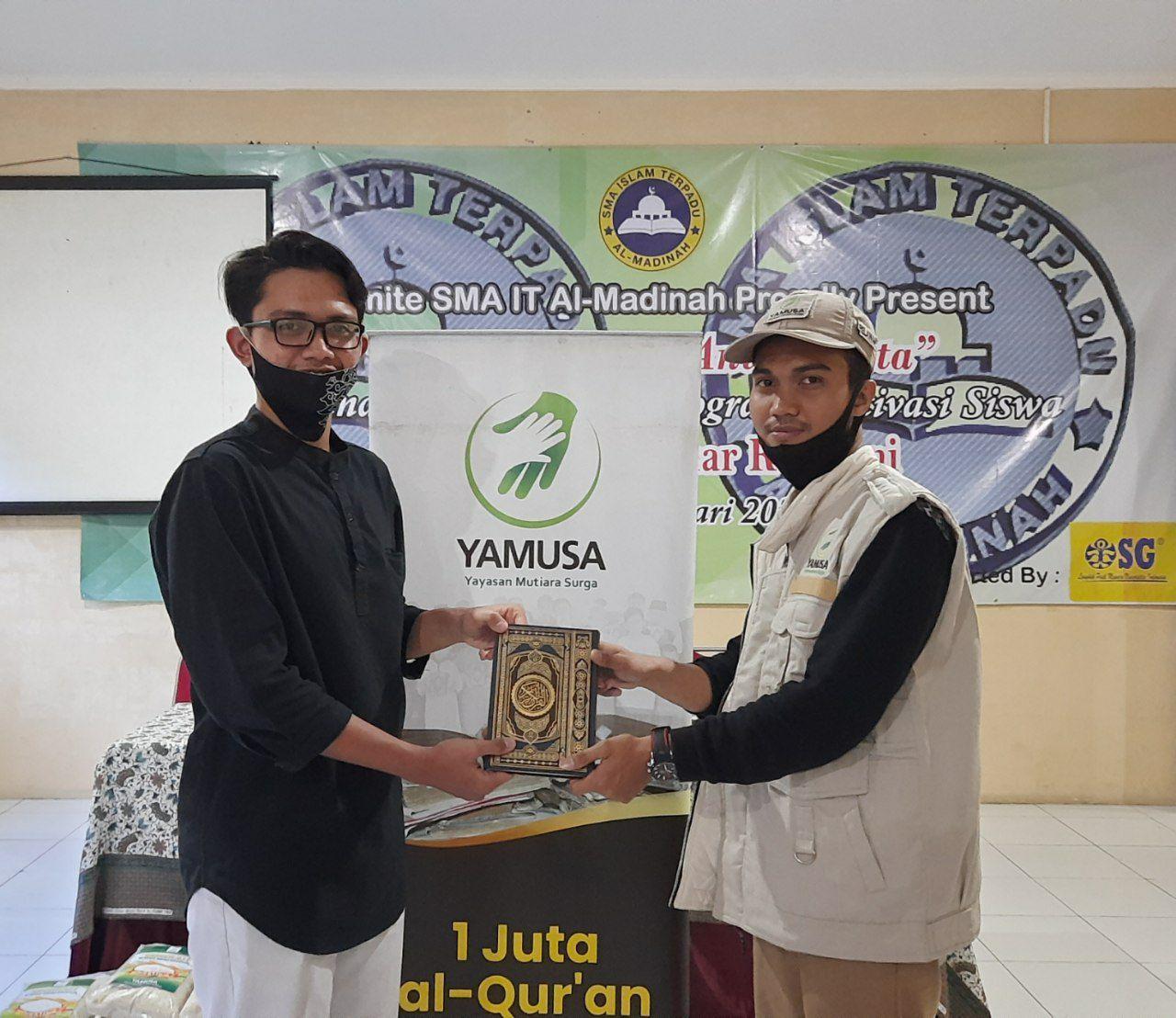 Distribusi Beras dan Mushaf Al-Qur'an di SMAIT Al-Madinah Cibinong Bogor