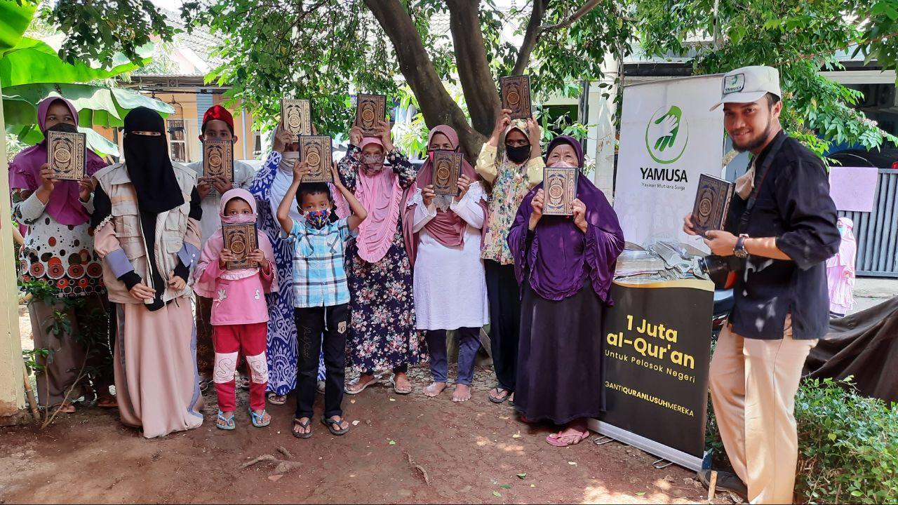 Distribusi Mushaf Al-Qur'an Kepada Warga di Bojong Sari, Depok