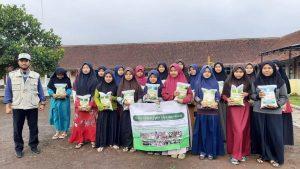 Berbagi Paket Pangan di Ponpes Al-Munawwarah Tasikmalaya