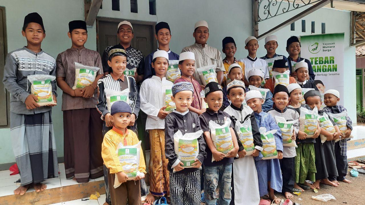 Distribusi Beras Ke Ponpes Al-Mubtadi'in Bogor