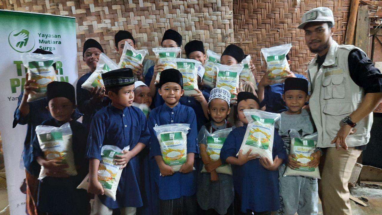 Distribusi Beras ke Ponpes Al-Huda Bogor