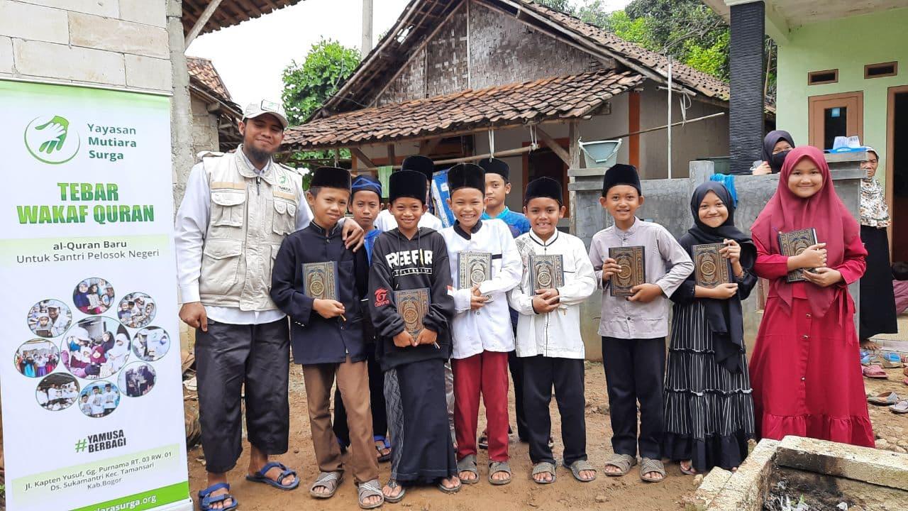 Wakaf Al-Qur'an kepada Para Santri Majlis Ta'lim Al-Ikhsan Kec Rumpin Bogor