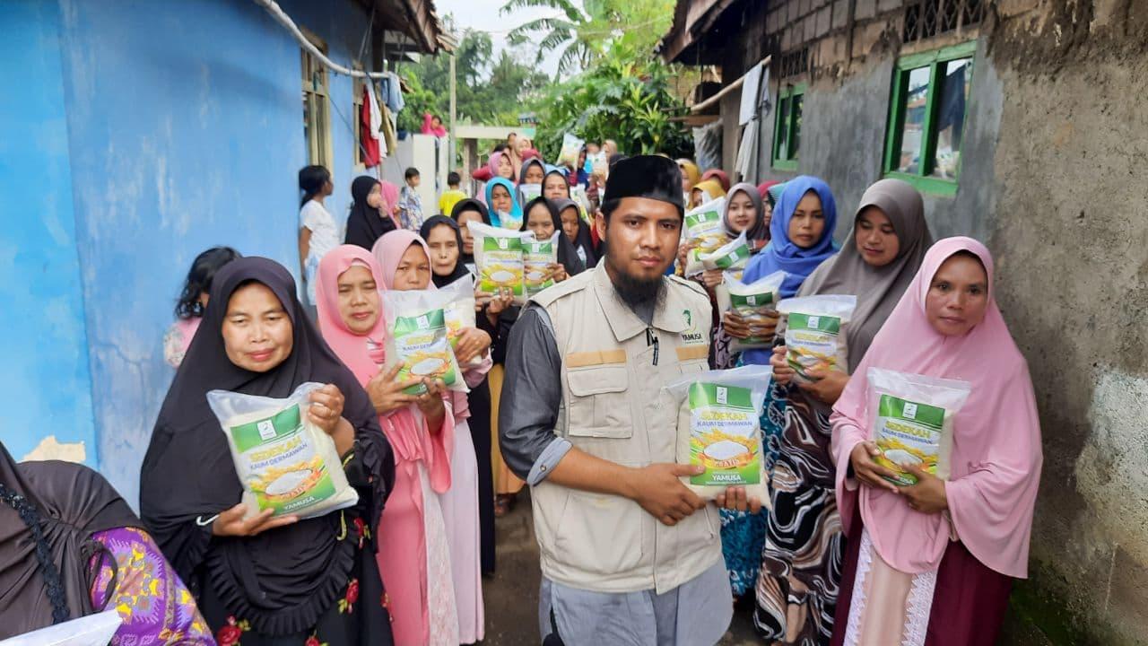 Distribusi Paket Pangan kepada Warga Dhuafa Bogor Jawa Barat
