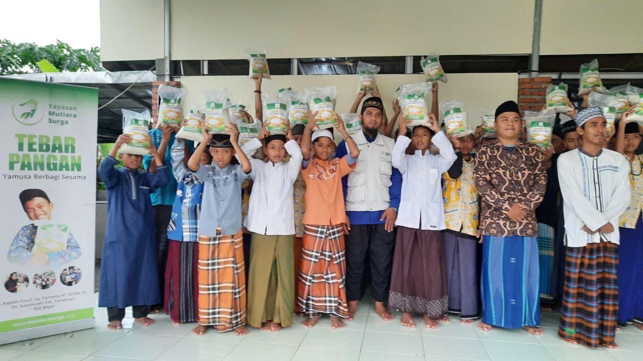 Paket Pangan untuk Ponpes Yatim Darut Taufiq Bogor