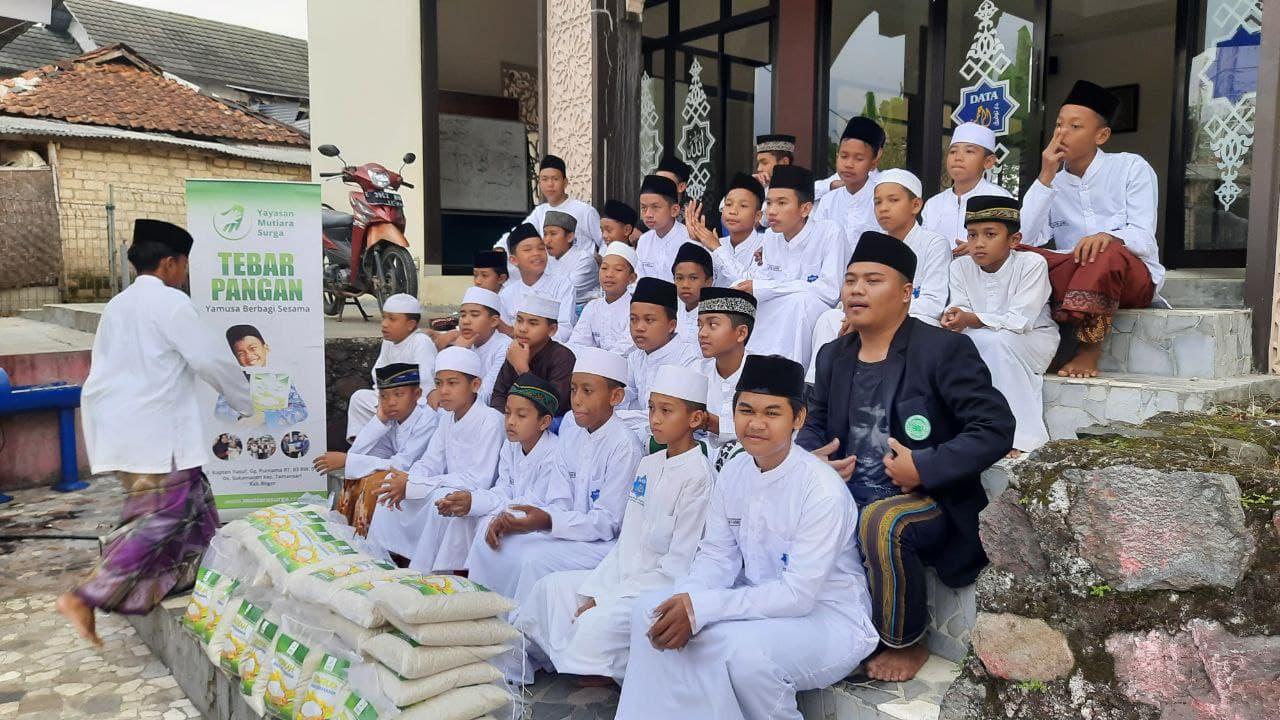 Paket Pangan untuk Santri Penghafal Al-Quran