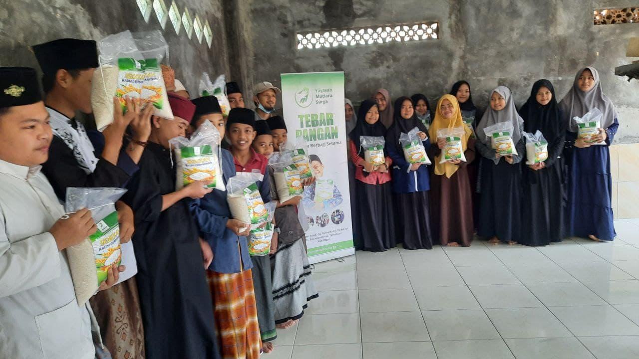 Paket Pangan untuk Santri Yatim Ponpes Al-Quran Al-Hidayatu Asy-A'ry
