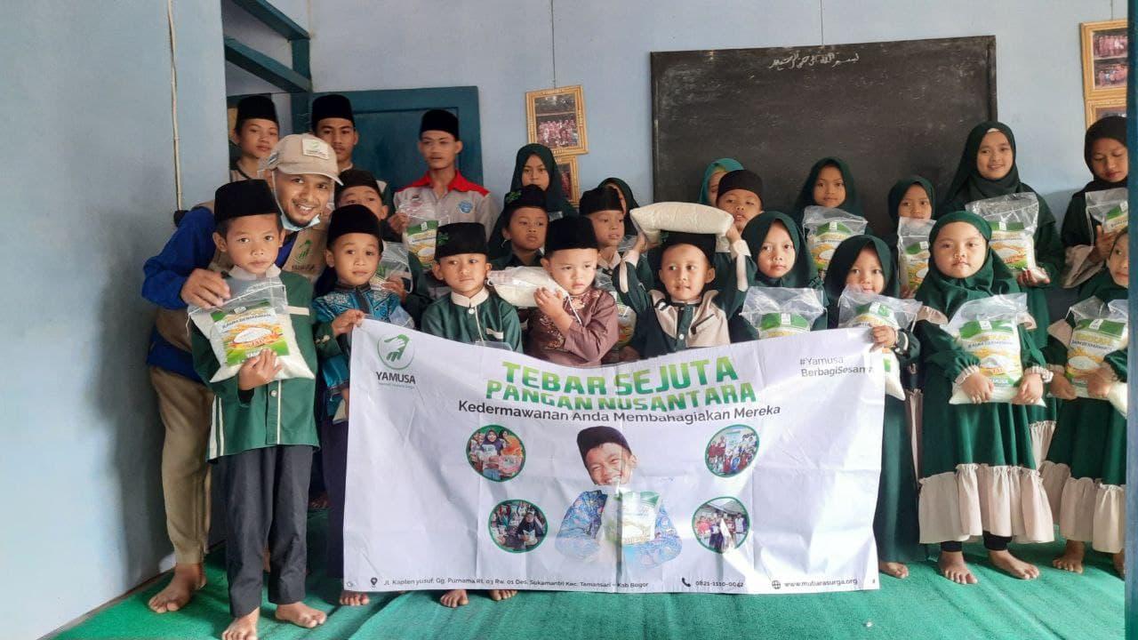 Paket Pangan untuk Ponpes Roudhatul Mubtadiin Bandung